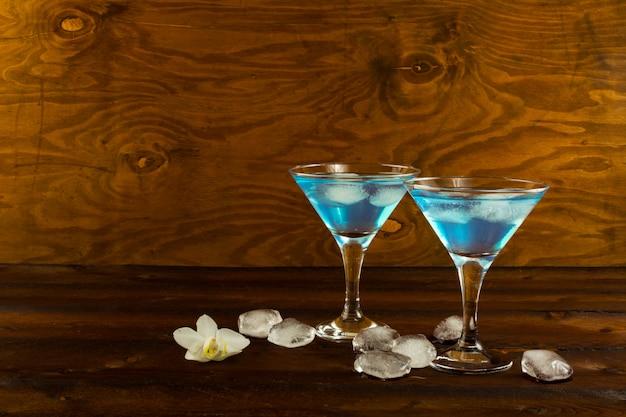 Blaues curaçao-likörcocktail in den gläsern eines martini