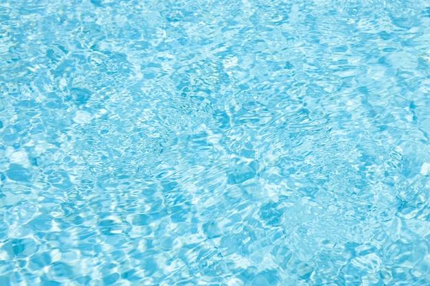 Blaues cyan-blaues wasser kräuselt sommer hell kühles kühlbecken texturmuster natur für hintergrund