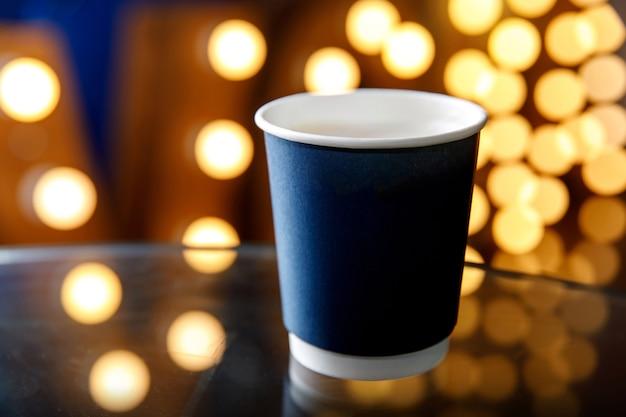 Blaues einwegglas gegen gelbe glühbirnen