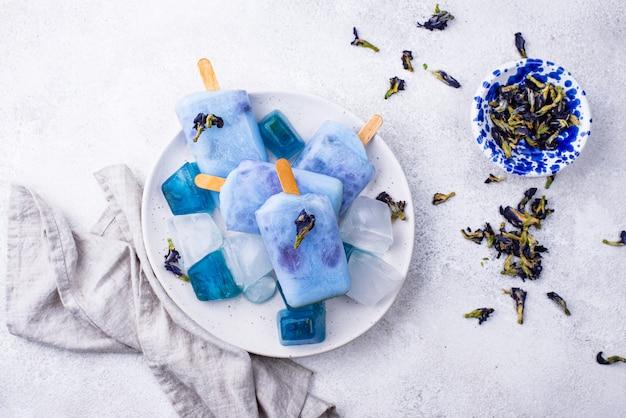 Blaues eis am stiel aus schmetterlingserbse