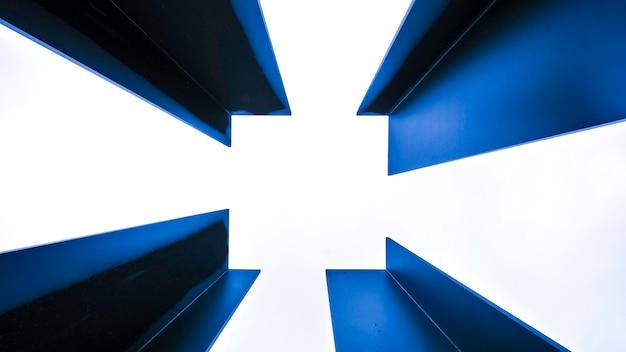 Blaues feld vom metall getrennt auf weiß