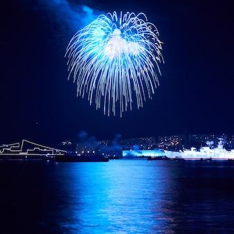 Blaues feuerwerk auf schwarzem feiertagshimmel