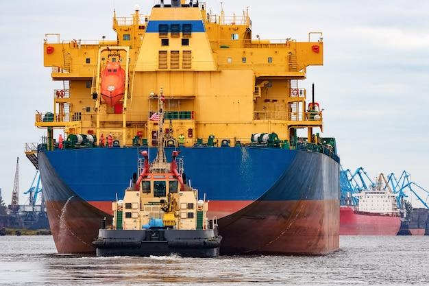 Blaues frachtschiff, das den hafen von riga, europa betritt