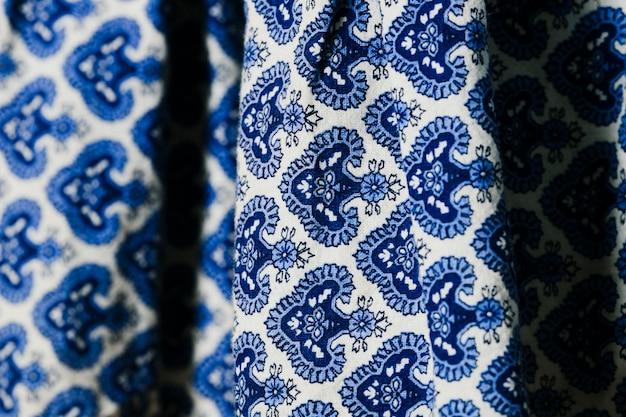 Blaues gewebe mit blumenmusternahaufnahme