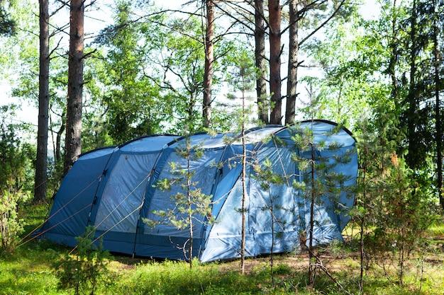 Blaues großes zelt für vier personen. sommerlager, ausruhen, wandern.