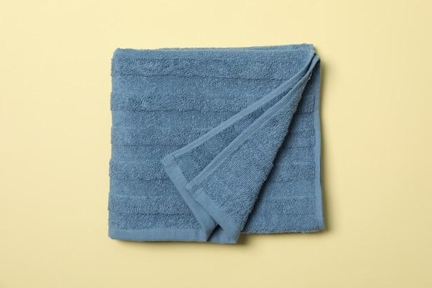 Blaues handtuch auf beige, draufsicht und nahaufnahme