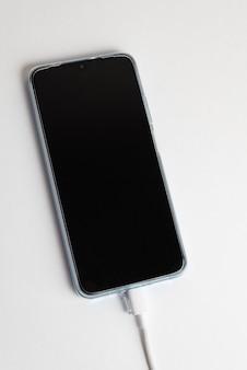 Blaues handy mit usb-kabel typ c verbunden - aufladen