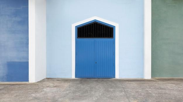 Blaues haus der vorderansicht mit blauer tür