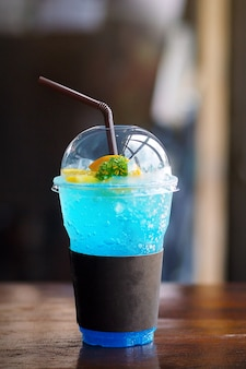 Blaues hawaii-soda auf woodtable cafégeschäft