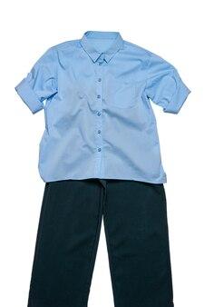 Blaues hemd und dunkle hosen getrennt auf einem weißen hintergrund. klassische kleidung.