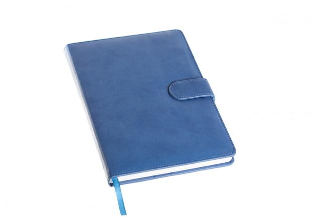Blaues journal-buch geschlossen auf einem weißen hintergrund