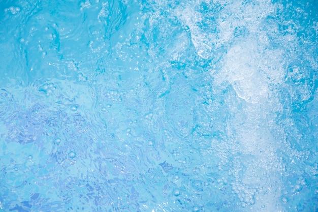 Blaues klares süßwasser im jacuzzi. spa massage hintergrund.