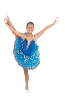 Blaues kleid des kindes mit dem weißen hintergrund des ballettrockes lokalisiert. kind flexibler schüler üben tanzen. träume von jedem mädchen, eine berühmte balletttänzerin zu werden. kind zarter tänzer sieht wunderschön ausgefallenes trikot aus.