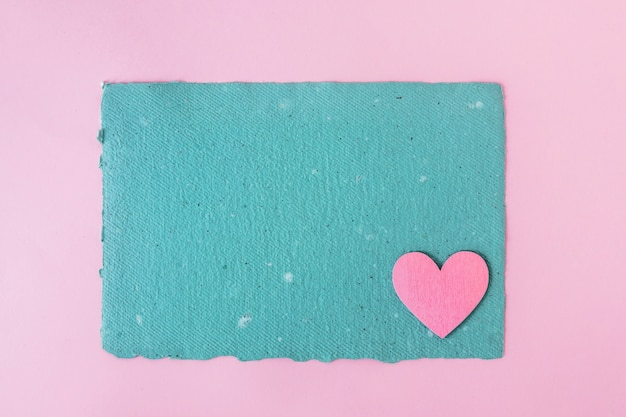 Blaues kraftpapier und dekoratives herz