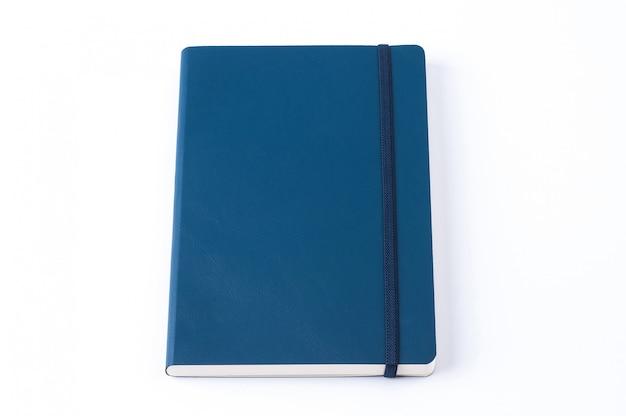 Blaues ledernes notizbuch lokalisiert auf weißem hintergrund