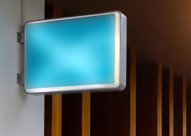 Blaues leeres restaurantzeichenmodell im freien, zum ihres logodesigns hinzuzufügen