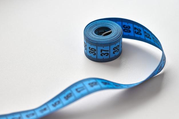 Blaues maßband des schneiders isoliert