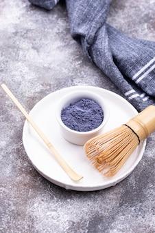 Blaues matcha-pulver aus schmetterlingserbse