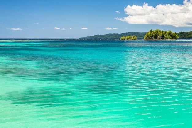 Blaues meer im tageslicht, togian islands in sulawesi indonesien