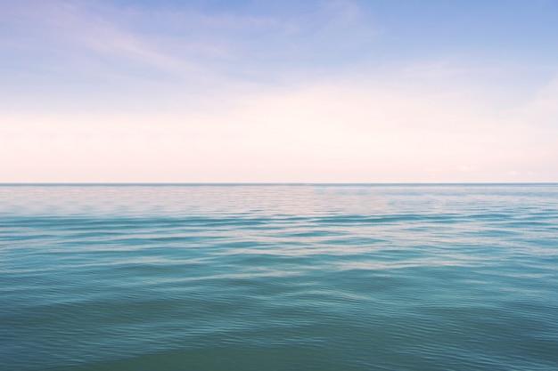 Blaues meer mit horizontansicht