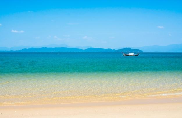 Blaues meer mit inseln im hintergrund, tropischer strand in thailand