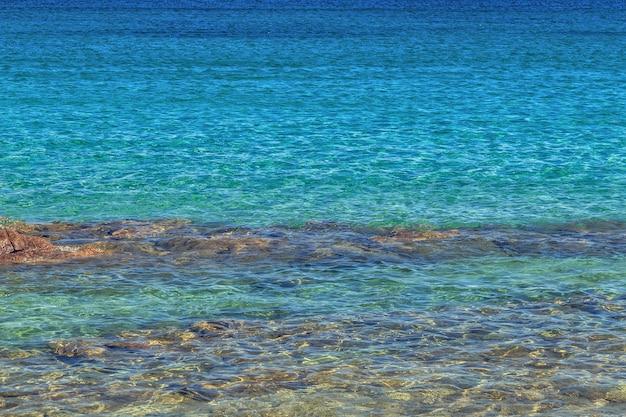 Blaues meer mit wellen.