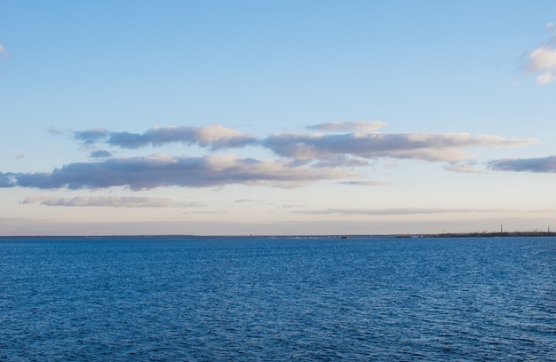 Blaues meer und blauer himmel mit wolken.