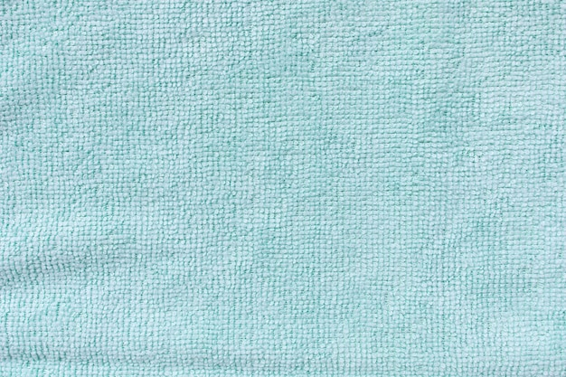 Blaues mikrofasertuch zur reinigung. reinigung von mikrogewebetüchern zum abstauben und polieren. haushaltsreinigungskonzept. nahaufnahme, speicherplatz kopieren