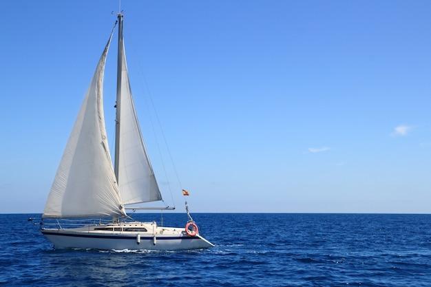 Blaues mittelmeer des schönen segelbootsegelnsegels