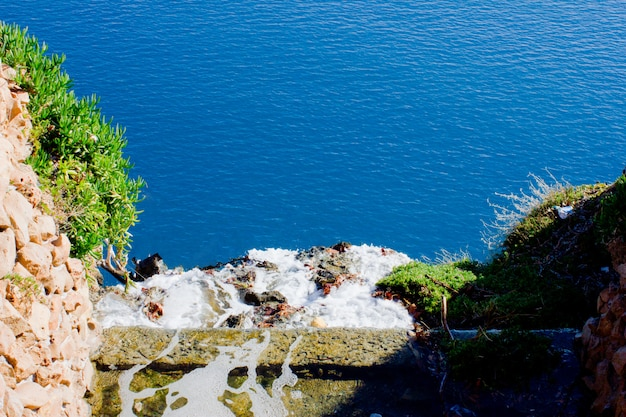 Blaues mittelmeer, yacht und berge in antalya