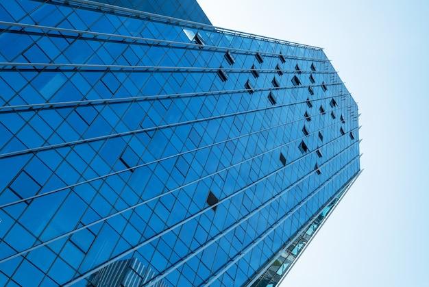 Blaues modernes bürogebäude nachschlagen