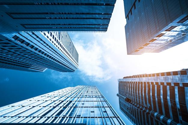 Blaues modernes bürohaus oben schauen