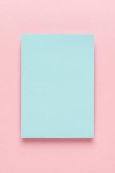 Blaues papier auf rosa