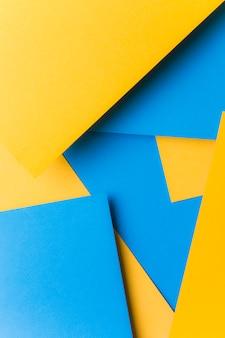Blaues papier über dem gelben leinwandpapier