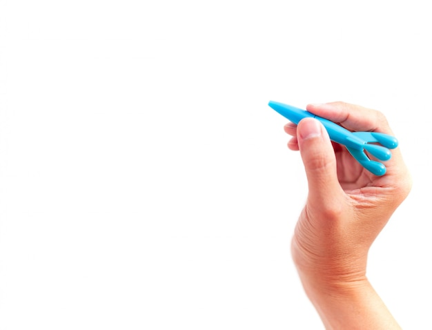 Blaues plactic raumfahrzeug, das eigenhändig weißes hintergrund-, lern- und bildungskonzept anhält