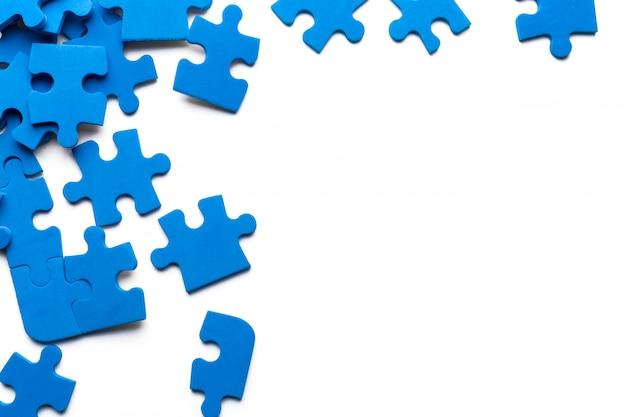 Blaues puzzlespiel auf weißem hintergrund