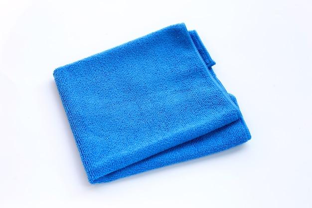Blaues reinigungstuch auf weißem hintergrund