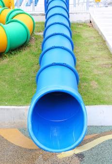 Blaues rohrplättchen auf spielplatz der modernen kinder im freien.