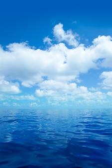 Blaues ruhiges meerwasser herein mit wolkenspiegeloberfläche
