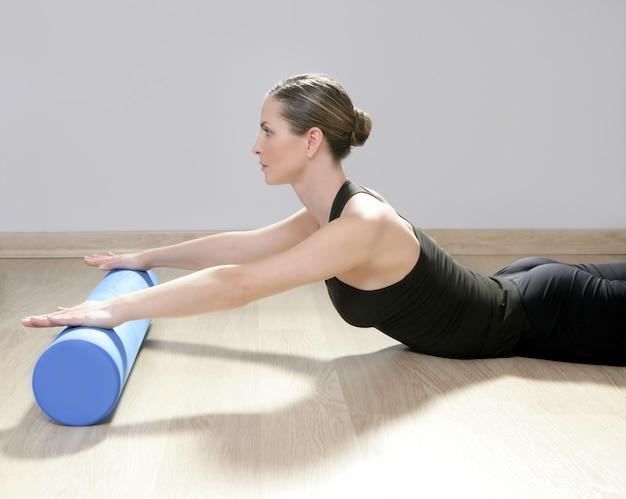 Blaues schaumstoffrolle pilates frauensportgymnastik-eignungsyoga