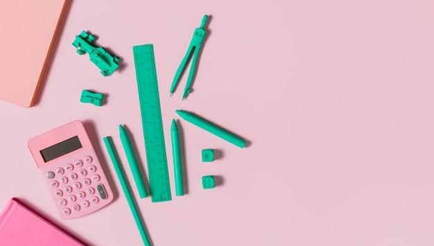 Blaues schreibtischzubehör und rosa taschenrechner