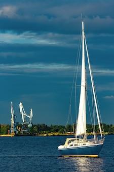 Blaues segelboot auf der reise durch europa. seereise