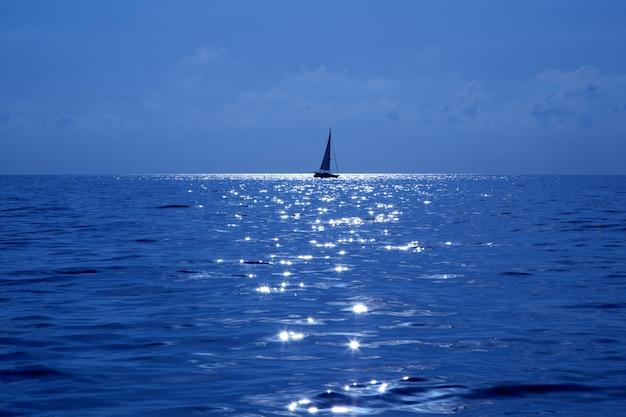 Blaues segelboot, das mittelmeer segelt