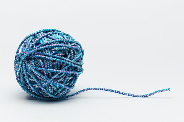 Blaues seil und verschlungene schlaufe auf weiß