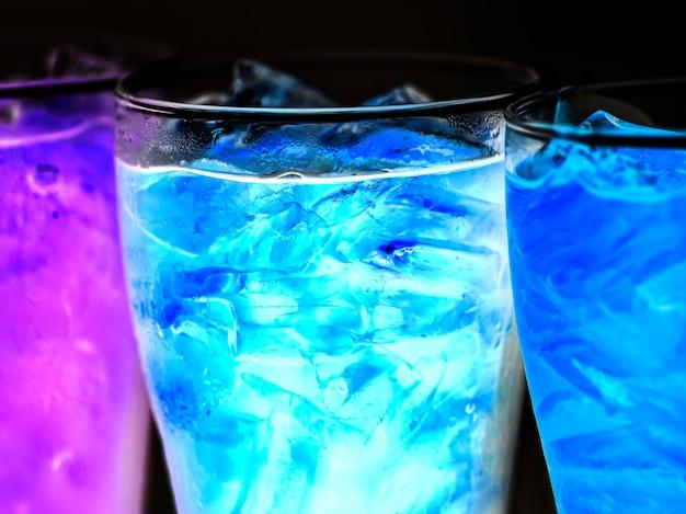 Blaues soda trinkt makroschuß