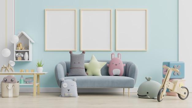 Blaues sofa und puppe, niedliche kissen im eleganten kinderzimmer mit plakaten an der wand.