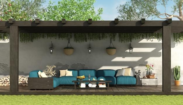 Blaues sofa unter einer hölzernen pergola