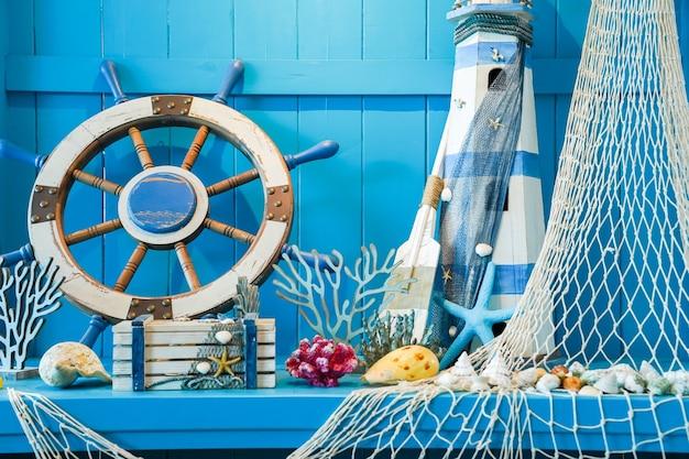 Blaues sommerkonzept, das die helmdekoration des schiffs mit meerestieren einschließt