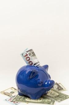 Blaues sparschwein mit kopienraum-grauhintergrund