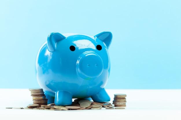 Blaues sparschwein oder geldkasten